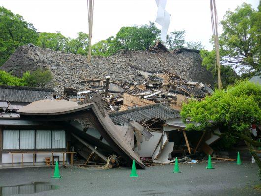 崩れた神社