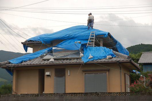 落ちた屋根瓦